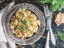 Pyszny ryż po chińsku z kurczakiem i imbirem