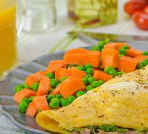 Omlet biszkoptowy z marchewką i groszkiem: pomysł na śniadanie