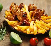 Pikantne skrzydełka z piekarnika - doskonałe z ryżem albo frytkami [WIDEO]