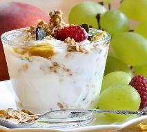 Płatki owsiane z jogurtem, orzechami i malinami (lub innymi owocami sezonowymi)