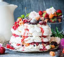 Tort bezowy z owocami leśnymi: przepis