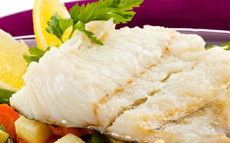 Miruna lub morszczuk z warzywami: przepis na lekkie danie rybne