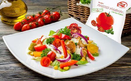 Chrupiąca sałatka z kurczakiem i suszonym pomidorem
