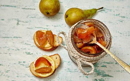 Gruszki w przecierze śliwkowym: deser w słoiku na zimę