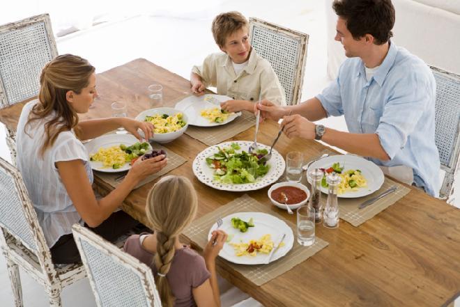 Jak się dobrze zachować przy stole: porady, które ułatwią życie