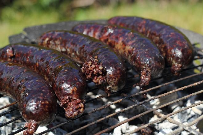 Kaszanka grillówka - przepis na grillowaną kaszankę z cebula