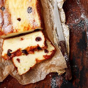 Pyszny mannik z bananem i twarogiem: przepis na ciasto z kaszą manną