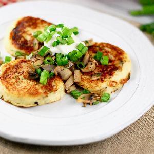 Super łatwe placki z serem, szynką, papryką i pomidorem - wykorzystaj resztki!