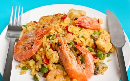 Scampi lub krewetki w sosie podawane z ryżem: prosty przepis