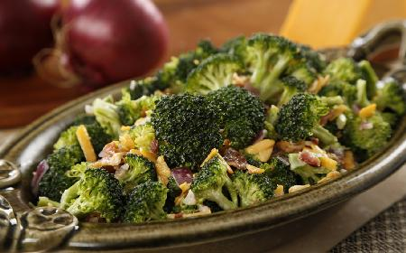 Sałatka z ciepłych brokułów z dwoma rodzajami sera