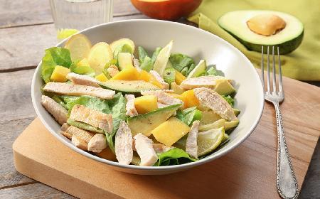 Lekka sałatka z wędzonym kurczakiem, awokado i mango