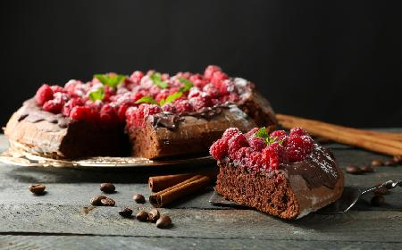 Torcik cynamonowy z czekoladowym kremem - aromatyczne ciasto, które pieści zmysły