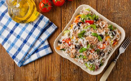 Prosta sałatka ryżowa z tuńczykiem - efektowna i pyszna