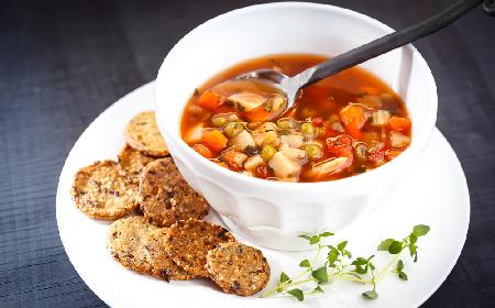 Zupa rozgrzewająca z ajvarem: przepis na zimową pierwszą pomoc [GALERIA]