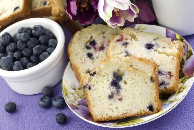 Ciasto jogurtowe z borówkami: przepis na ciasto bez tłuszczu z owocami