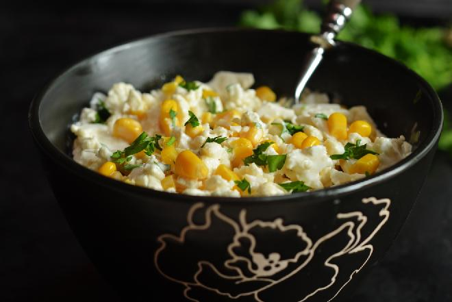 Szybka sałatka z kalafiora i kukurydzy