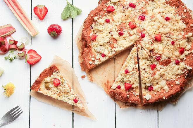 Ciasto kruche z rabarbarem, truskawkami, daktylami i miodem