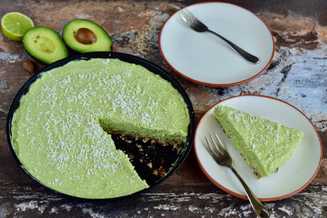 Wegańska tarta z limonkowym kremem awokado: zdrowy i pyszny deser bez pieczenia