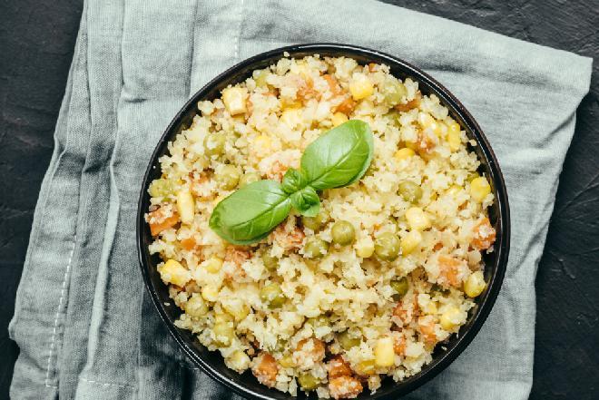 Chrupiąca sałatka z kalafiora, kukurydzy, marchewki i groszku - szybka i pożywna